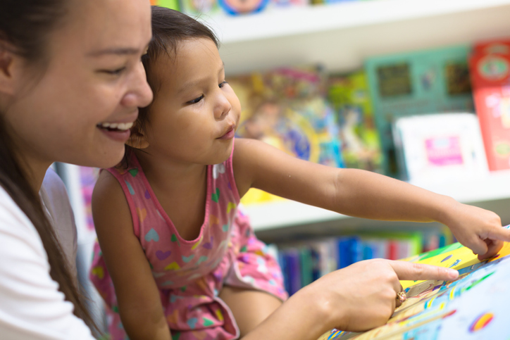 Mum and child reading 1145771850